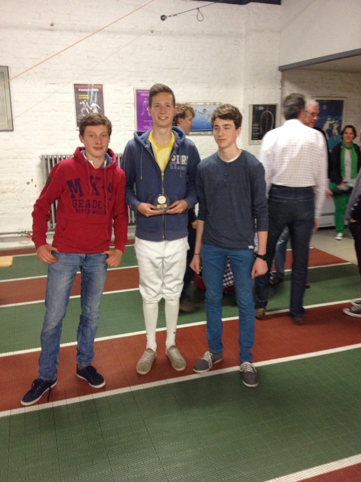 De fiere ploeg met hun zilveren trofee